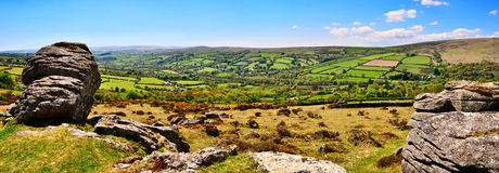 La vista di Panormic di Dartmoor con Widecombe-in--attracca nella distanza. Fotografie Stock