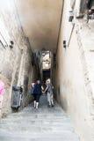 La vista di piccolo vicolo con le scale si avvicina Piazza del Campo Siena immagine stock