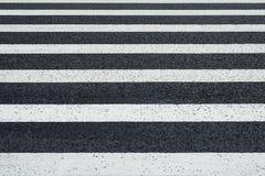 La vista di prospettiva dell'attraversamento bianco delle marcature allinea su un asfalto Fotografie Stock Libere da Diritti