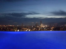 La vista di sera di Cebu, le Filippine da un tetto di lusso completa lo stagno dell'infinito Immagine Stock Libera da Diritti