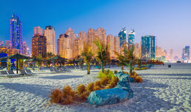 La vista di sera sul porticciolo del Dubai e Jumeirah tirano nella città di lusso del Dubai fotografie stock