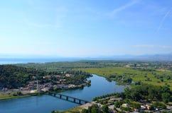La vista di Shkodra e la sua natura circostante veduta da Rozafa fortificano, l'Albania fotografia stock