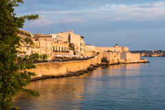 La vista di Siracusa, Ortiggia, Sicilia, Italia, alloggia l'affronto del mare Immagine Stock