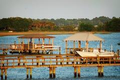 La vista di un pilastro e di una palude dall'isola di Bowen a Charleston, Sc Fotografia Stock