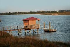 La vista di un pilastro e di una palude dall'isola di Bowen a Charleston, Sc Immagini Stock