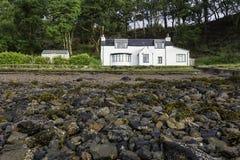 La vista di una casa bianca sul lago Hourn puntella nell'isola di Skye Immagine Stock