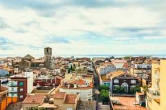 La vista di vecchia città spagnola Malgrat de marzo, tetto completa, paesaggio urbano sulla costa del mar Mediterraneo, Spagna Fotografie Stock