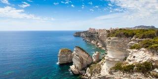 La vista di vecchia città di Bonifacio costruita sopra la scogliera oscilla, la Corsica Fotografia Stock