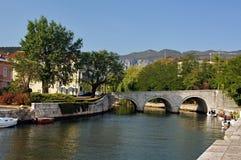 La vista di vecchio ponte incurvato nella città di Crikvenica, Croazia Fotografie Stock Libere da Diritti