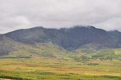 La vista distante di si rannuvola la montagna in un bello paesaggio Anello di Kerry, Irlanda Fotografia Stock