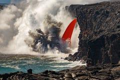La vista diurna aérea de la cascada ancha formó flujo de lava roja del volcán en Hawaii que estallaba en el mar Foto de archivo