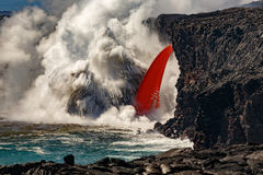 La vista diurna aérea de la cascada de la manguera de bomberos formó flujo de lava roja del volcán en Hawaii que estallaba en el  Imágenes de archivo libres de regalías