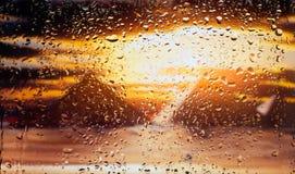 La vista egiziana delle piramidi A della città da una finestra da una parte migliore durante la pioggia Fuoco sulle gocce Fotografie Stock Libere da Diritti