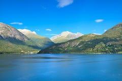 La vista escénica de la costa de mar, Olden (Noruega) Fotografía de archivo libre de regalías
