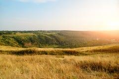 La vista escénica del castillo de Chervonohorod arruina el pueblo de Nyrkiv, región de Ternopil, Ucrania Imagenes de archivo