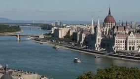 La vista esiste di paesaggio urbano del Danubio Budapest, Ungheria Corsa stock footage