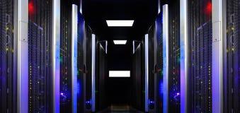 La vista fantástica de la simetría moderna del sitio del servidor alinea la luz de los superordenadores foto de archivo