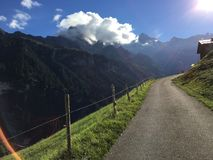 La vista fenomenale delle alpi varia da Gimmelwald, Svizzera Immagini Stock