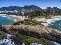 La vista fra due belle spiagge Spiaggia di Arpoador, spiaggia del ` s del diavolo, distretto di Ipanema di Rio de Janeiro Brazil immagini stock