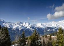 La vista francese soleggiata della neve della montagna delle alpi nei les si arca la Francia Immagine Stock Libera da Diritti