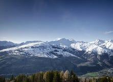 La vista francese soleggiata della neve della montagna delle alpi nei les si arca la Francia fotografie stock