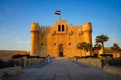 La vista frontale della cittadella della fortificazione di Qaitbay Qaitbay, è una fortezza difensiva del XV secolo situata sulla  Immagine Stock Libera da Diritti