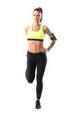 La vista frontale di giovane pareggiatore grazioso atletico della donna che allunga la gamba muscles l'esercizio Immagine Stock Libera da Diritti
