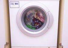 La vista frontale di un tamburo della lavatrice durante la pulizia copre Fotografie Stock Libere da Diritti