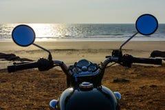 La vista frontale sul manubrio del motociclo sui precedenti del mare Specchi rotondi della motocicletta fotografia stock libera da diritti