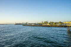 La vista georgious degli appartamenti della parte anteriore di oceano che trascurano l'oceano Pacifico fotografie stock
