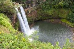 La vista granangular de Wailua baja, cascada, en Kauai, Hawaii Imagen de archivo