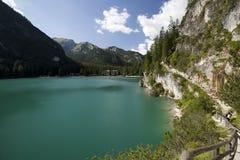 La vista hermosa del lago Braies Foto de archivo