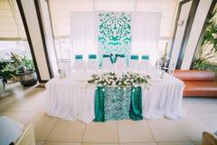 La vista horizontal del sistema de la tabla de la boda en colores azules y blancos adornado con las flores Imagen de archivo