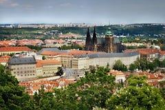 La vista a Hradcany con il castello di Praga e la st Vitus Cathedral dal rozhledna di Petrinska si elevano nello sping Praga in r Fotografia Stock