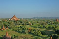 La vista imponente de los templos, de las pagodas y de los stupas de Bagan en Myanmar Imagen de archivo