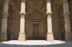 La vista interna de la mezquita de Kevada Masjid, la UNESCO protegió Champaner - el parque arqueológico de Pavagadh, Gujarat, la  Foto de archivo libre de regalías