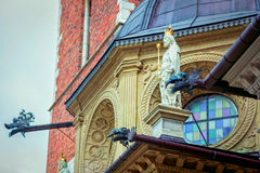 La vista lateral de la estatua del ` s del rey con los tubos de drenaje, adornada por el dragón dirige Imagenes de archivo