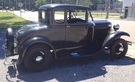 La vista lateral de los años 40 negros vadea el coche antiguo Imágenes de archivo libres de regalías