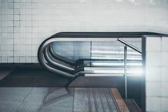 La vista lateral de moden la escalera móvil Fotografía de archivo