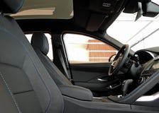 La vista lateral de la posición de los driver's en cuero negro con el hilo cosió el interior del coche fotografía de archivo