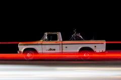 La vista lateral de un vintage clásico coge los rastros del coche y de la luz del camión causados por el tráfico en Venecia, Cali fotografía de archivo