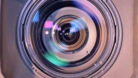 La vista lateral de una cámara de vídeo está cambiando en su vista delantera almacen de metraje de vídeo