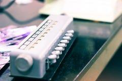 La vista lateral del contador de glóbulo manual patológico con los botones y la exhibición numera destacar myelocyte foto de archivo libre de regalías