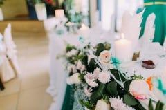 La vista lateral del primer de la tabla de la boda adornada con las flores blancas y las velas Fotografía de archivo libre de regalías