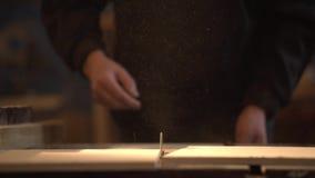 La vista lateral del tiro de medio del fabricante maduro de los muebles que usaba la circular consider? para hacer cortes en tabl metrajes