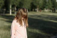 La vista lateral del tiro horizontal de la muchacha de la situación, un adolescente piensa fotos de archivo libres de regalías