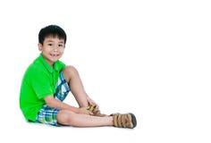 La vista laterale del bambino asiatico ha messo le scarpe di cuoio sopra Isolato su bianco Fotografia Stock Libera da Diritti