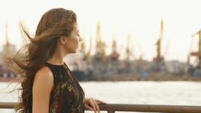 La vista laterale del primo piano della ragazza che gode della vista del mare stock footage