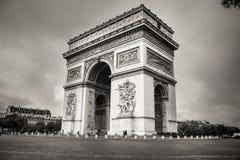 La vista laterale del primo piano di Arc de Triomphe immagini stock libere da diritti