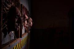 La vista laterale delle pelli orrende sanguinose dalle teste umane ha attaccato dentro Fotografia Stock Libera da Diritti